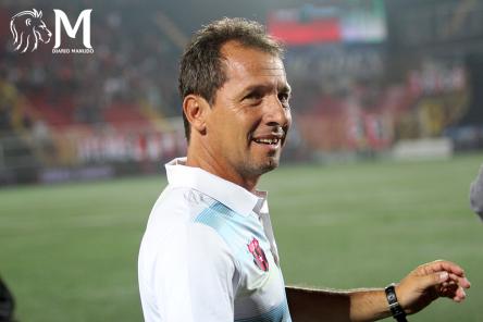 """Wilmer López disfruta sus días como asistente técnico """"Erizo""""."""